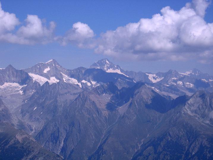 Foto: Andreas Koller / Wander Tour / Über den Augstbordgrat auf das Dreizehntenhorn (3052 m) / Blick in die Berner Alpen auf das Finsteraarhorn (4273 m) / 07.09.2009 21:34:45