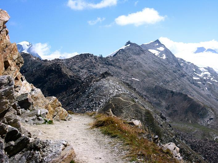 Foto: Andreas Koller / Wander Tour / Über den Hohtälligrat auf das Stockhorn (3532 m) / Der Grat zum Stockhorn, links das Strahlhorn (4190 m) / 13.09.2009 23:51:20