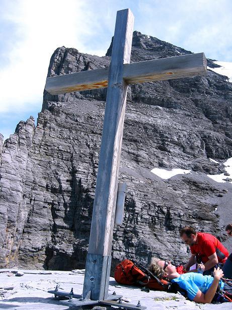 Foto: Andreas Koller / Klettersteig Tour / Klettersteig Rotstock (2663 m) / Gipfelkreuz vor der Eiger Nordwand / 05.09.2009 02:12:34