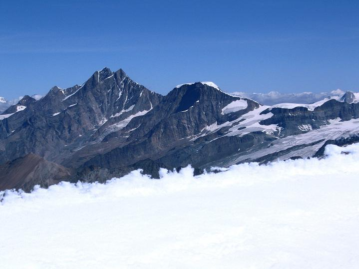 Foto: Andreas Koller / Wander Tour / Roccia Nera (4075m) - östlicher Eckpfeiler des Breithornkamms / Dom (4545 m), Täschhorn (4491 m) und Alphubel (4206 m) / 08.09.2009 19:49:44