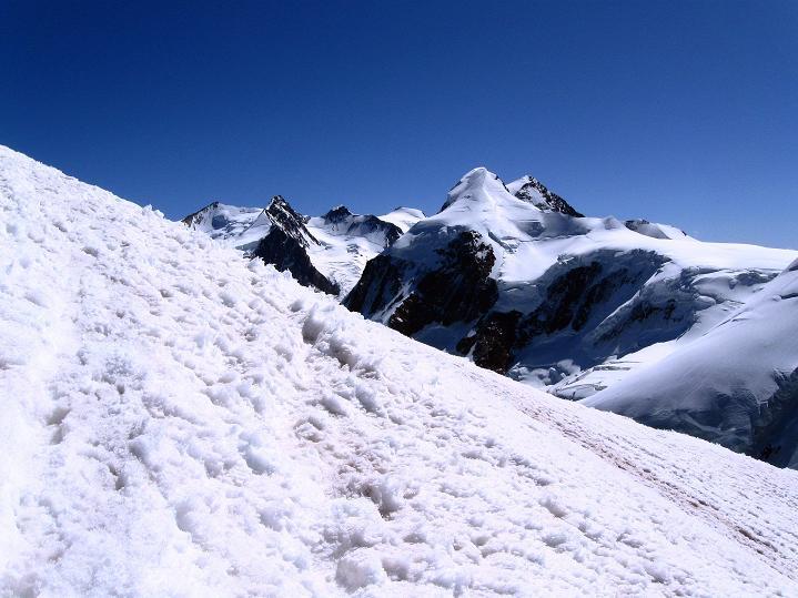 Foto: Andreas Koller / Wander Tour / Roccia Nera (4075m) - östlicher Eckpfeiler des Breithornkamms / Blick auf den Liskamm (4527 m) und das Monte Rosa Massiv (4634 m) / 08.09.2009 19:48:20