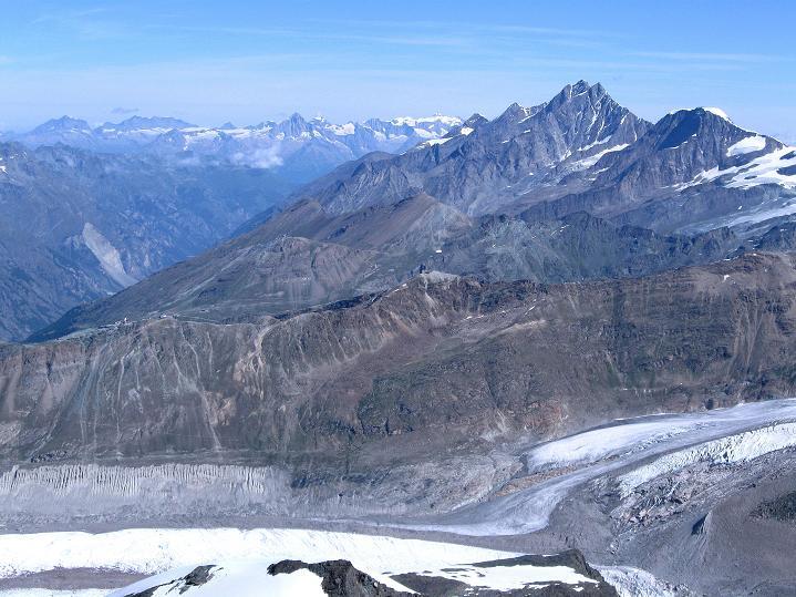 Foto: Andreas Koller / Wander Tour / Pollux (4092 m) / Über den Dom (4545m) in der Mischabelkette wandert der Blick zu den Berner Alpen / 04.09.2009 10:59:18