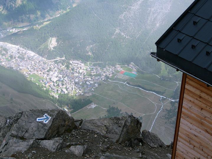 Foto: Andreas Koller / Wander Tour / In die Mischabelkette: Nadelhorn (4327 m) und Ulrichshorn (3925 m) / Blick von der Mischabelhütte nach Saas Fee / 05.09.2009 15:47:23