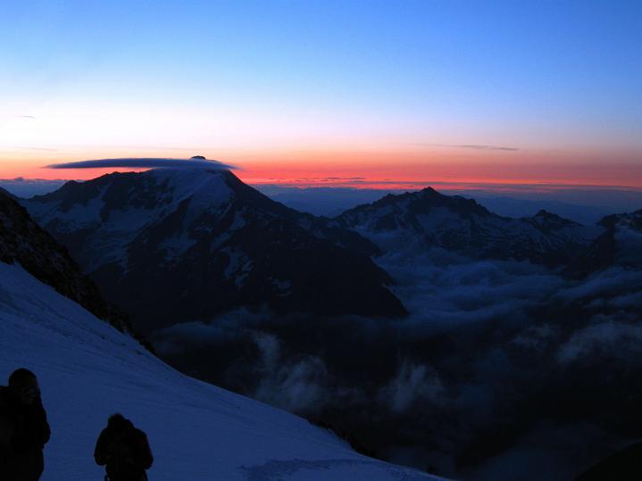 Foto: Andreas Koller / Wander Tour / In die Mischabelkette: Nadelhorn (4327 m) und Ulrichshorn (3925 m) / Sonnenaufgang auf 4000m / 05.09.2009 15:47:01