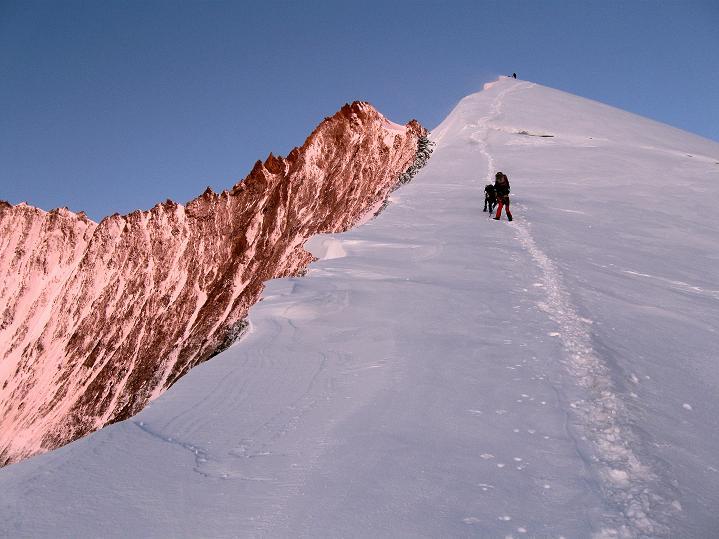 Foto: Andreas Koller / Wander Tour / In die Mischabelkette: Nadelhorn (4327 m) und Ulrichshorn (3925 m) / Der überfirnte NO-Grat zum Nadelhorn / 05.09.2009 15:46:34