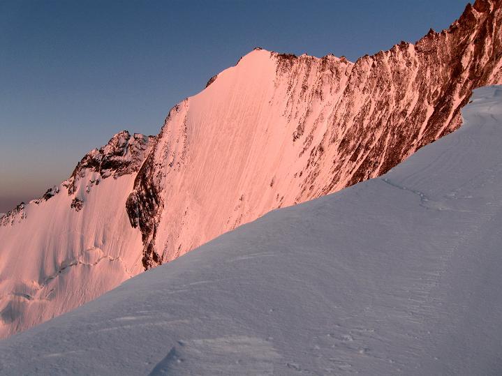 Foto: Andreas Koller / Wander Tour / In die Mischabelkette: Nadelhorn (4327 m) und Ulrichshorn (3925 m) / Lenzspitze (4294 m) mit N-Wand / 05.09.2009 15:45:27