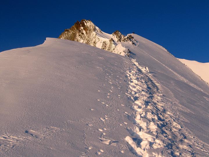 Foto: Andreas Koller / Wander Tour / In die Mischabelkette: Nadelhorn (4327 m) und Ulrichshorn (3925 m) / Firngrat zum Nadelhorn / 05.09.2009 15:45:00