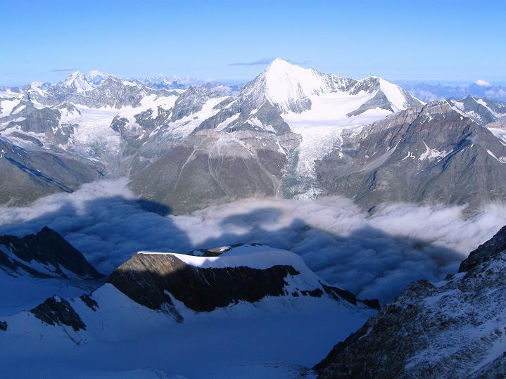 Foto: Andreas Koller / Wander Tour / In die Mischabelkette: Nadelhorn (4327 m) und Ulrichshorn (3925 m) / Blick zum Weißhorn (4506 m) / 05.09.2009 15:43:54