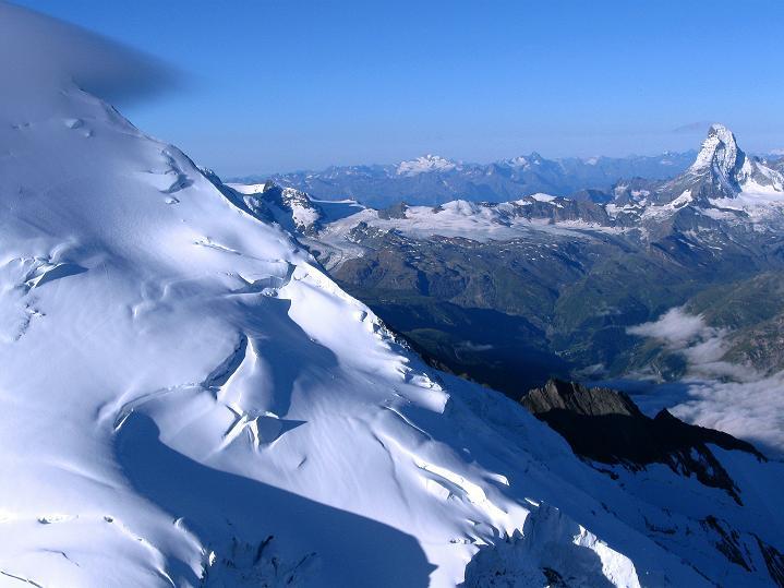 Foto: Andreas Koller / Wander Tour / In die Mischabelkette: Nadelhorn (4327 m) und Ulrichshorn (3925 m) / Dom (4545 m) mit Festigletscher, Gran Paradiso (4069 m) und Matterhorn (4478 m) / 05.09.2009 15:43:29