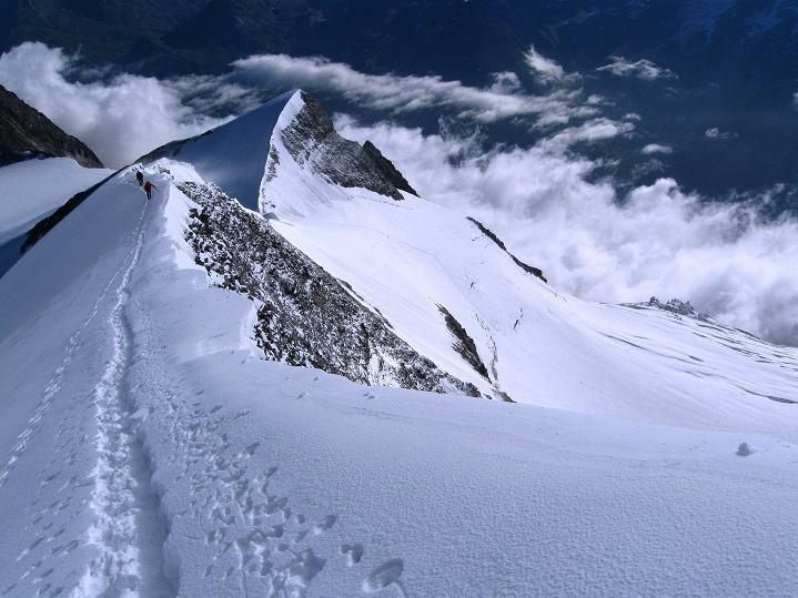 Foto: Andreas Koller / Wander Tour / In die Mischabelkette: Nadelhorn (4327 m) und Ulrichshorn (3925 m) / Grat vom Nadelhorn zum Ulrichshorn / 05.09.2009 15:41:17