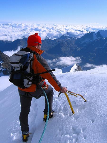 Foto: Andreas Koller / Wander Tour / In die Mischabelkette: Nadelhorn (4327 m) und Ulrichshorn (3925 m) / Am Grat / 05.09.2009 15:40:01