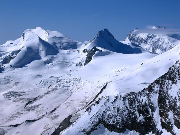 Foto: Andreas Koller / Wander Tour / In die Mischabelkette: Nadelhorn (4327 m) und Ulrichshorn (3925 m) / Strahlhorn (4190 m), Rimpfischhorn (4199 m) und Monte Rosa (4634 m) / 05.09.2009 15:38:07