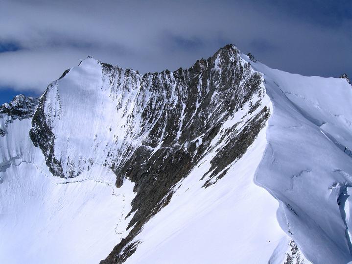 Foto: Andreas Koller / Wander Tour / In die Mischabelkette: Nadelhorn (4327 m) und Ulrichshorn (3925 m) / Lenzspitze (4294 m) und Nadelhorn mit Anstiegsgrat / 05.09.2009 15:37:11