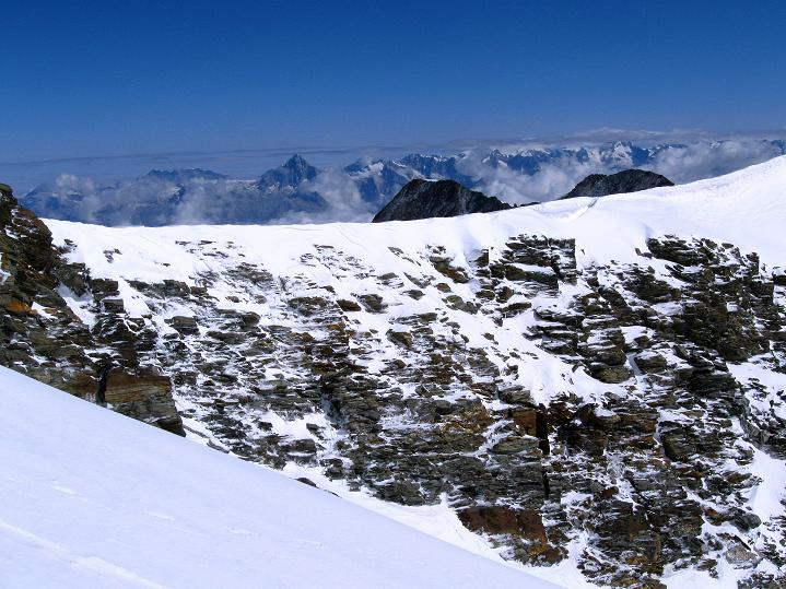 Foto: Andreas Koller / Wander Tour / In die Mischabelkette: Nadelhorn (4327 m) und Ulrichshorn (3925 m) / Blick über das Windjoch in die Berner Alpen / 05.09.2009 15:35:27