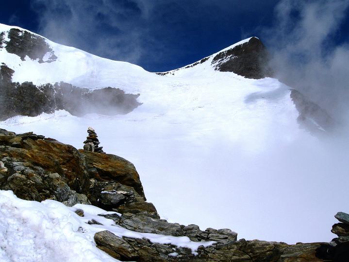 Foto: Andreas Koller / Wander Tour / In die Mischabelkette: Nadelhorn (4327 m) und Ulrichshorn (3925 m) / Der Blick zurück ins Windjoch / 05.09.2009 15:15:57