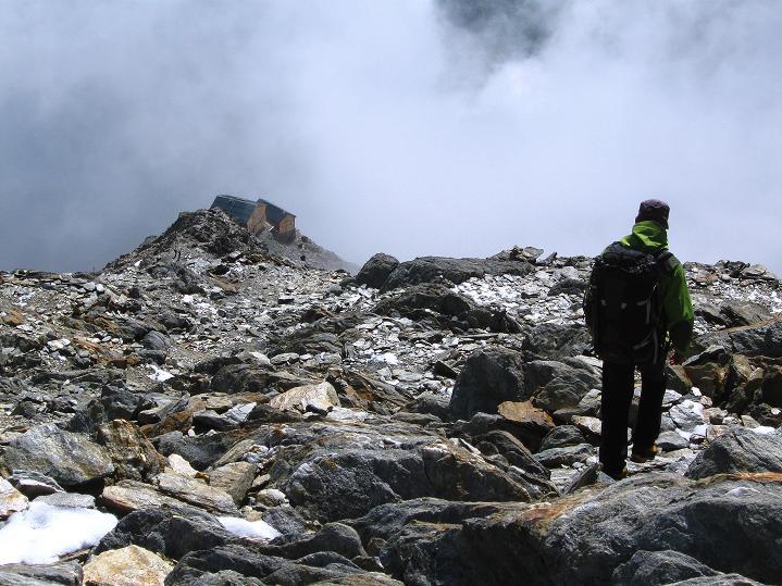 Foto: Andreas Koller / Wander Tour / In die Mischabelkette: Nadelhorn (4327 m) und Ulrichshorn (3925 m) / Abstieg zu den Mischabelhütten / 05.09.2009 15:15:20
