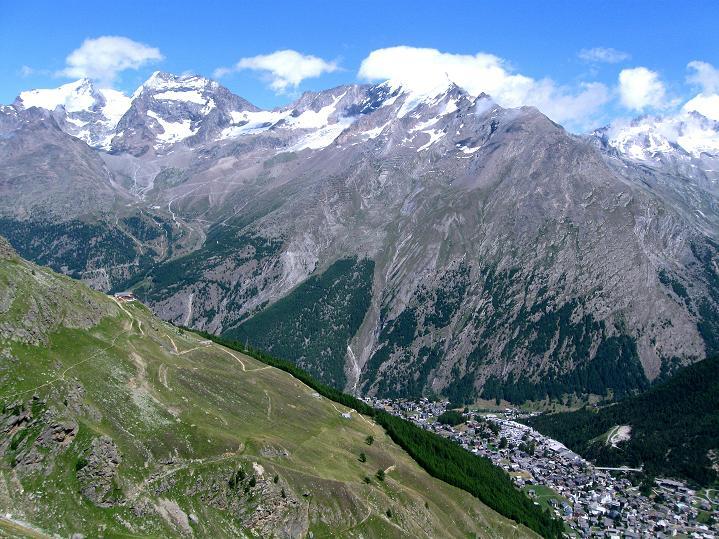 Foto: Andreas Koller / Wander Tour / In die Mischabelkette: Nadelhorn (4327 m) und Ulrichshorn (3925 m) / Blick zur Weißmiesgruppe (4023 m) und nach Saas Fee / 05.09.2009 15:11:50