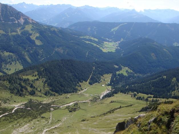 Foto: Manfred Karl / Wander Tour / Über die Mahdalm aufs Kampl / Tiefblick Aualm - Filzmoos / 28.07.2017 21:30:31
