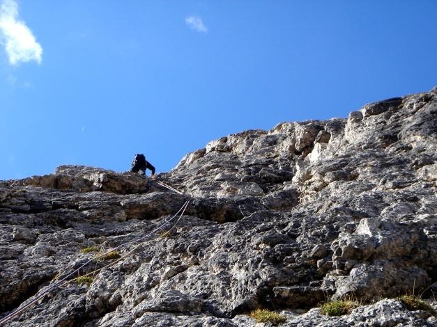 Foto: Manfred Karl / Kletter Tour / Östlicher Mur de Pisciadu, NO-Pfeiler, Via della Chiesa / Seilschaft vor uns / 31.08.2009 23:17:23