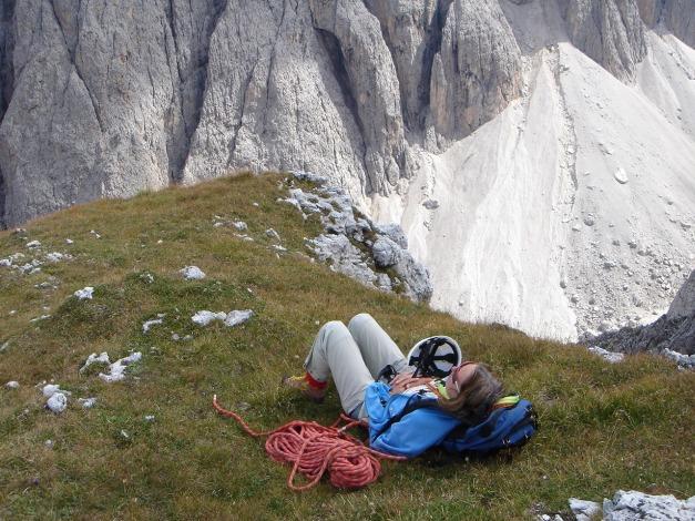 Foto: Manfred Karl / Kletter Tour / Östlicher Mur de Pisciadu, NO-Pfeiler, Via della Chiesa / Verdiente Rast beim Ausstieg / 31.08.2009 23:13:27