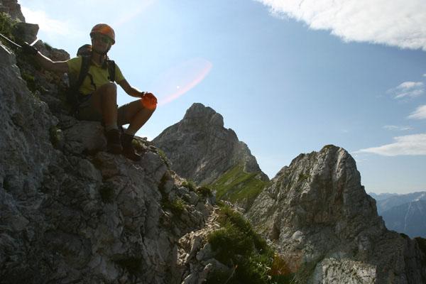 Foto: Christian Schickmayr / Wander Tour / Tannheimer Berge Überschreitung (3-Tagestour) / Am Friedberger Klettersteig, im Hintergrund die Rote Flüh / 03.09.2009 17:18:06