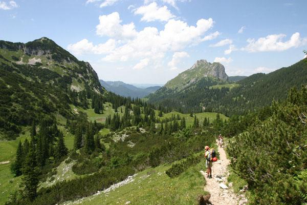 Foto: Christian Schickmayr / Wander Tour / Tannheimer Berge Überschreitung (3-Tagestour) / Am Weg zur Bad Kissinger Hütte, im Hintergrund der Aggenstein / 03.09.2009 17:18:25