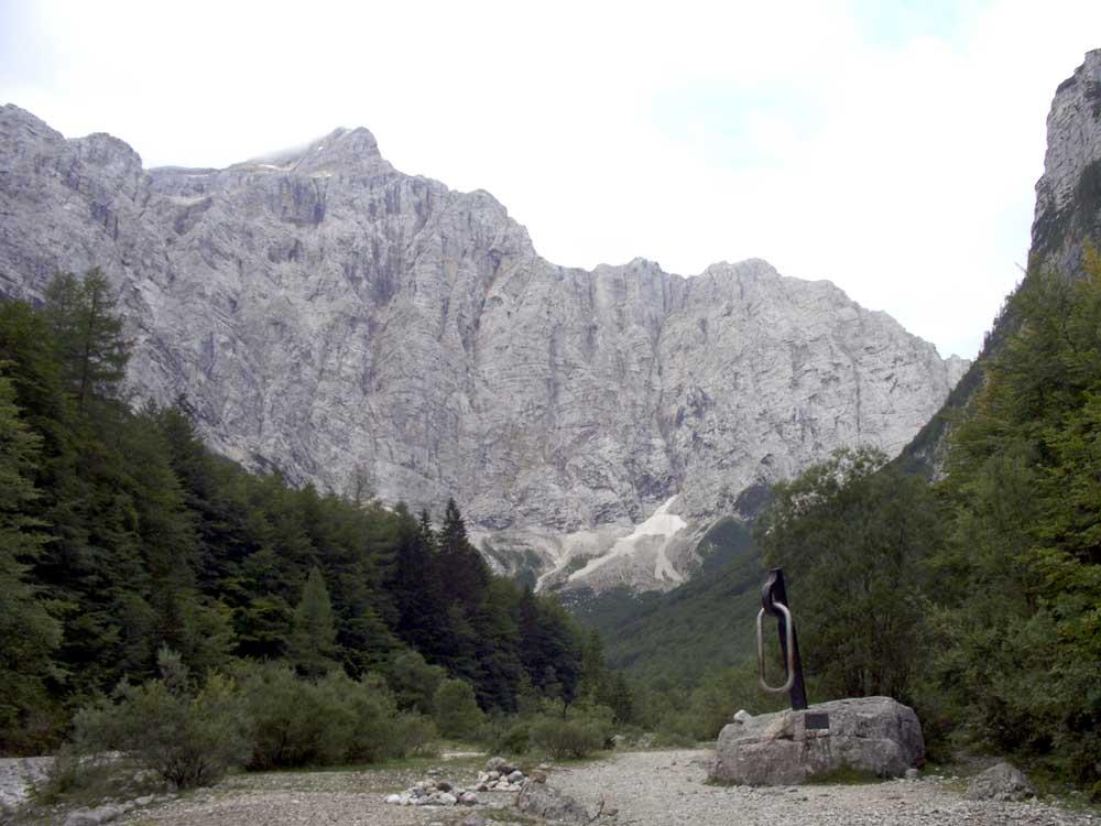 Foto: Datzi / Wander Tour / 4-Tages Biwakrundtour in den Julischen Alpen mit 3.Gipfelanstiegen (Triglav-Razor-Skrlatica) mit Klettersteig C-D / Das Kriegerdenkmal, u. Abzweigung zum Klettersteig / 04.09.2009 18:16:38