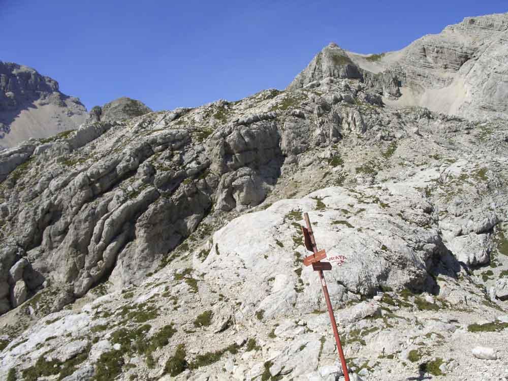 Foto: Datzi / Wander Tour / 4-Tages Biwakrundtour in den Julischen Alpen mit 3.Gipfelanstiegen (Triglav-Razor-Skrlatica) mit Klettersteig C-D / Wegkreuzung nach Abstieg vom Gamsovec- Abstieg ins Varta Tal bzw zum Pogacnikov Dom / 04.09.2009 18:40:32