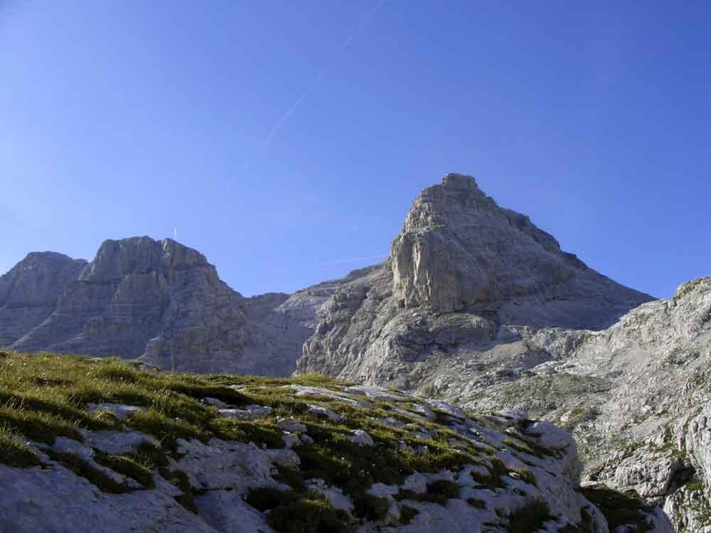 Foto: Datzi / Wander Tour / 4-Tages Biwakrundtour in den Julischen Alpen mit 3.Gipfelanstiegen (Triglav-Razor-Skrlatica) mit Klettersteig C-D / Blick von der Hütte zum Razor / 04.09.2009 18:41:21