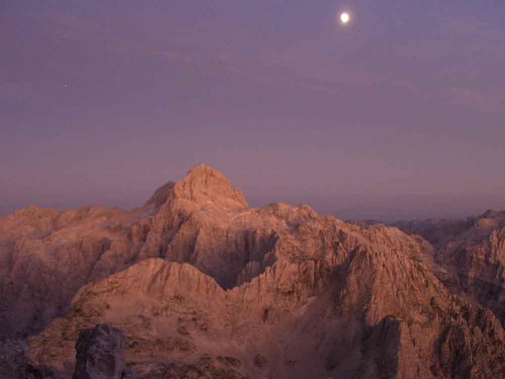 Foto: Datzi / Wander Tour / 4-Tages Biwakrundtour in den Julischen Alpen mit 3.Gipfelanstiegen (Triglav-Razor-Skrlatica) mit Klettersteig C-D / Blick vom Razor nach dem Sonnenuntergang zum Triglav / 04.09.2009 18:41:54