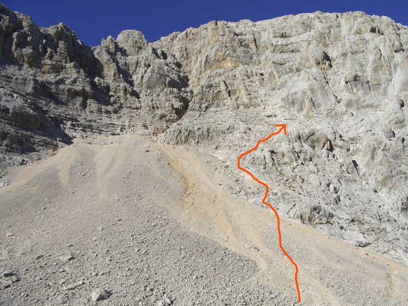 Foto: Datzi / Wander Tour / 4-Tages Biwakrundtour in den Julischen Alpen mit 3.Gipfelanstiegen (Triglav-Razor-Skrlatica) mit Klettersteig C-D / Das Geröllfeld beim Aufstieg zum Skrlatica ( der Einstieg zum Klettersteig befindet sich beim Felsanfang) / 05.09.2009 09:49:56