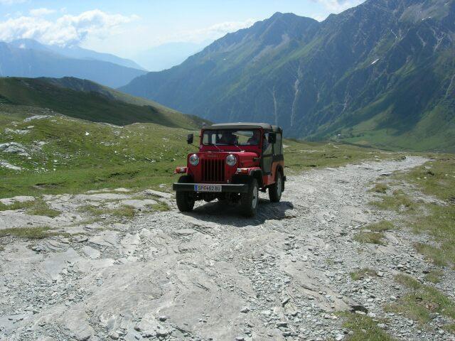 Foto: besu / Wander Tour / Tauernüberquerung Mallnitz-Sportgastein / Mahindra Mihandra! Indischer Nachbau-Jeep auf dem Weg vom Himalaja zum Bier in der Hagener Hütte. / 05.09.2009 14:38:57