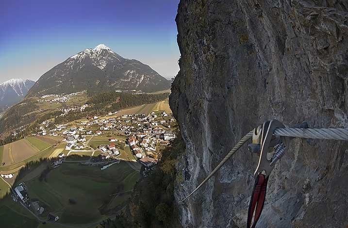 Foto: Thomas Neuner / Klettersteig Tour / Angy Eiter Route / Herrlicher Ausblick auf Arzl und den Tschirgant / 09.09.2009 08:37:30