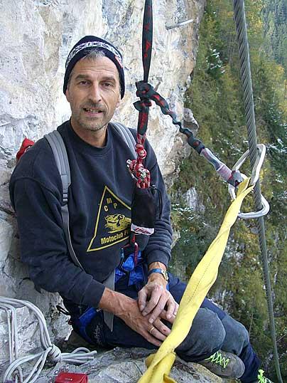 Foto: Thomas Neuner / Klettersteig Tour / Angy Eiter Route / Peter bei einer gemütlichen Rast in der Wand / 09.09.2009 08:30:30