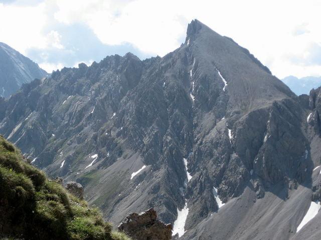 Foto: Wolfgang Lauschensky / Klettersteig Tour / Weittalspitze über Allmaier-Toni-Weg / Der zackige Ostgrat links, der steile Westflankenabstieg bis in die Schuttrinne ganz rechts / 12.09.2009 16:09:55