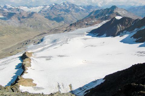 Foto: Thomas Paschinger / Wander Tour / Hintere Schwärze, Marzellspitzen, Similaun und Finailspitze / Hochjochferner Richtung Rofental, hinten in der Mitte die Wildspitze  / 13.09.2009 15:25:05