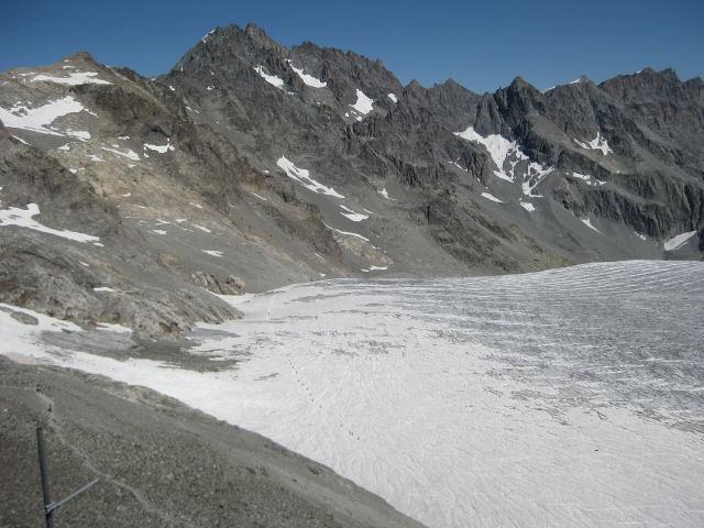 Foto: Wolfgang Lauschensky / Wander Tour / Montagne des Agneaux 3664m / Vom Refuge des Ecrin: Montagne des Agneaux, Abstieg über linke Gletscherseite und Aufstieg im rechten Kar über den Kamm nach Nordosten. Col Tuckett rechts vom Gipfel / 18.09.2009 01:06:37
