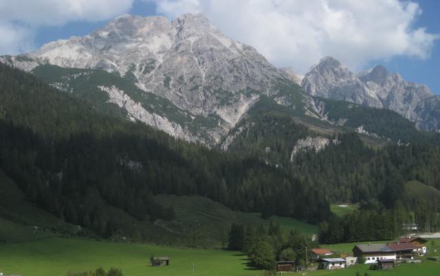 Foto: Wolfgang Lauschensky / Wander Tour / Grießner Hochbrett 2470m / in etwa am linken Rücken führt der Steig zum Hochbrett; rechts davon  ein Zinthorn / 23.09.2009 21:21:25
