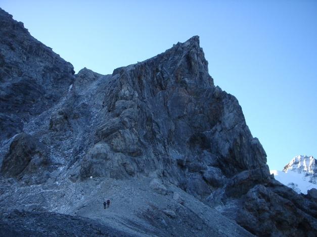 Foto: Manfred Karl / Wander Tour / Ortler über den Meranerweg / Im flachen Sattel vor dem Pleißhorn, der weiße Fleck ist die Gedenktafel, bei der die Drahtseile beginnen. / 24.09.2009 20:55:55