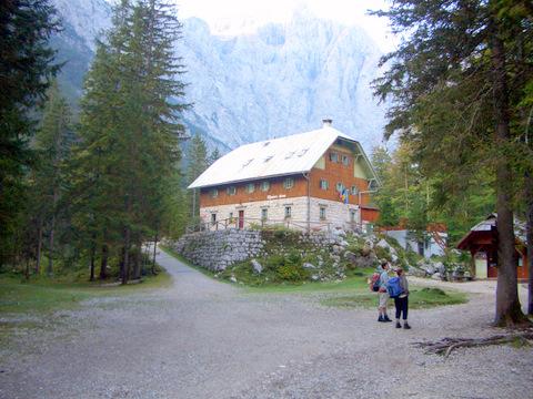Foto: lacky / Wander Tour / Pogacnikov dom über Vrata Pass / Aljazev dom auf 1015m / 26.09.2009 11:36:26
