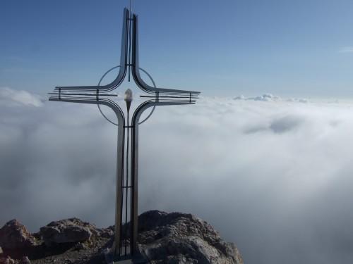 Foto: hofchri / Wander Tour / Hoher Göll (2522 m) - Runde Mannlsteig (B/C) und Schustersteig (A/B) / ein wunderbares Kreuz mit Bergkristall / 01.10.2009 20:50:32