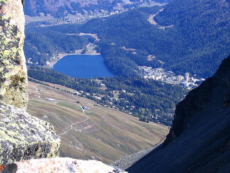 Foto: Andreas Koller / Wander Tour / Hoch über St. Moritz auf den Piz Julier (3380 m) / Tiefblick von der Fuorcla Albana auf St. Moritz / 07.10.2009 20:31:02