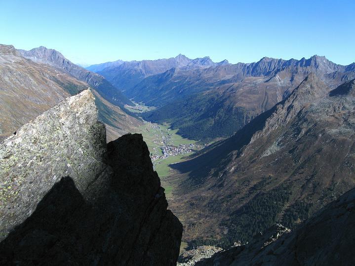 Foto: Andreas Koller / Klettersteig Tour / Klettersteig Silvapark (2671 m) / In der Tiefe das Paznaun / 10.10.2009 14:35:12