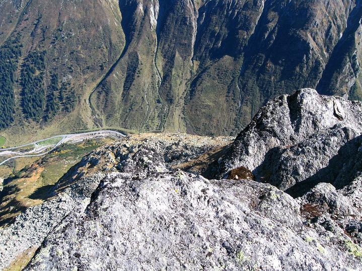 Foto: Andreas Koller / Klettersteig Tour / Klettersteig Silvapark (2671 m) / Tiefblick zur Silvretta Hochalpenstraße / 10.10.2009 14:31:01