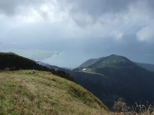 Foto: hofchri / Wandertour / Schafberg (1782 m) - Runde Purtscheller (B) - und Himmelspfortensteig (A) / Hochnebel - Blick zur Schafbergalm und zum Wolfgangsee / 10.10.2009 20:21:12