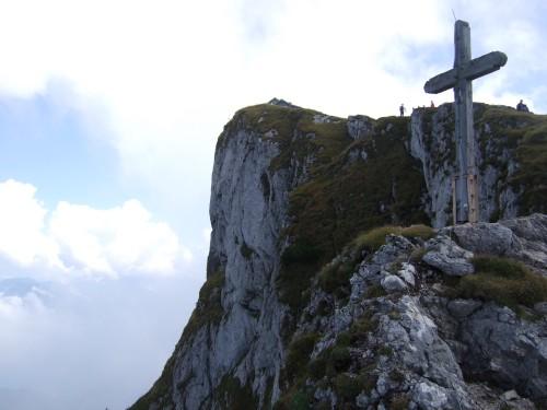 Foto: hofchri / Wandertour / Schafberg (1782 m) - Runde Purtscheller (B) - und Himmelspfortensteig (A) / das Gipfelkreuz unterhalb des Schafberggipfels / 10.10.2009 20:19:54