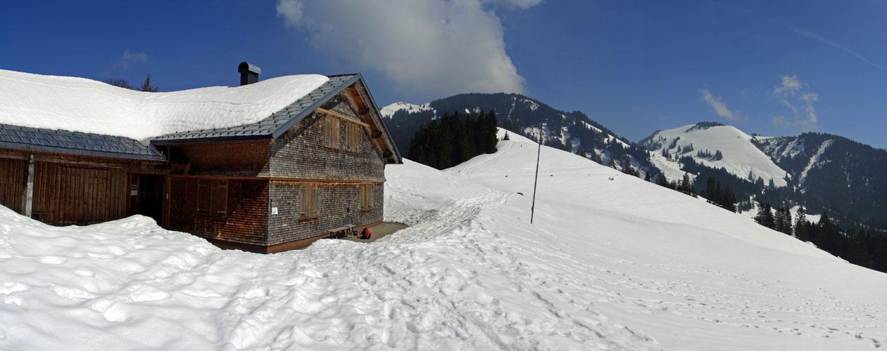 Foto: vince 51 / Schneeschuh Tour / Hohe Kugel / Maiensäss-Alpe mit Hoher Kugel, links / 12.10.2009 23:15:41