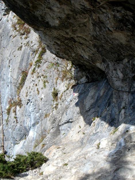 Foto: Manfred Karl / Klettersteig Tour / Klettersteig Burgstall / Aus der Nische geht es links um ein luftiges Eck / 13.10.2009 21:50:10