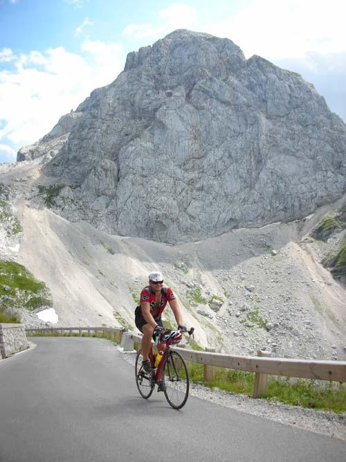 Foto: Bernhard Berger / Rad Tour / Rennradrunde durch die Karnischen- und Julischen Alpen / Die letzten Meter der Mangart-Bergstraße, im Hintergrund Mangartgipfel (Foto Christian Wührer) / 20.10.2009 20:31:22