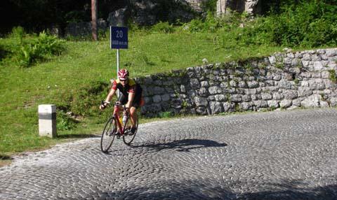 Foto: Bernhard Berger / Rad Tour / Rennradrunde durch die Karnischen- und Julischen Alpen / Abfahrt vom Vrsicpaß nach Kranjska Gora (Foto Christian Wührer) / 20.10.2009 20:27:41
